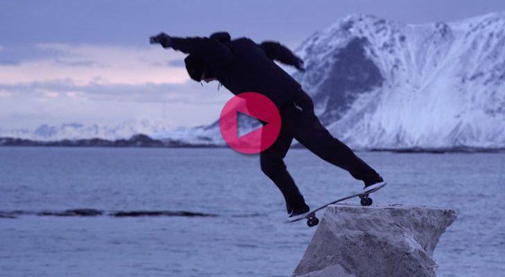 Unos notas patinando sobre arena congelada