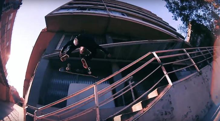 Del balón al patín en un clip de Al Carrer y New Balance